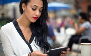 How to Text a Guy Without Seeming Desperate and Overly Needy
